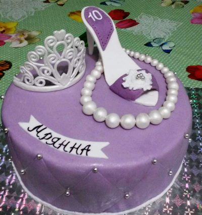 девочки задувают свечи на торте