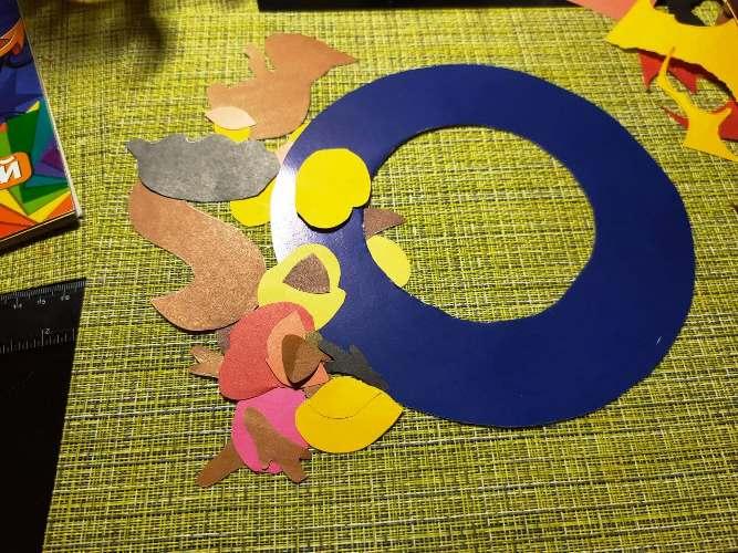 делаем осенний венок из цветной бумаги