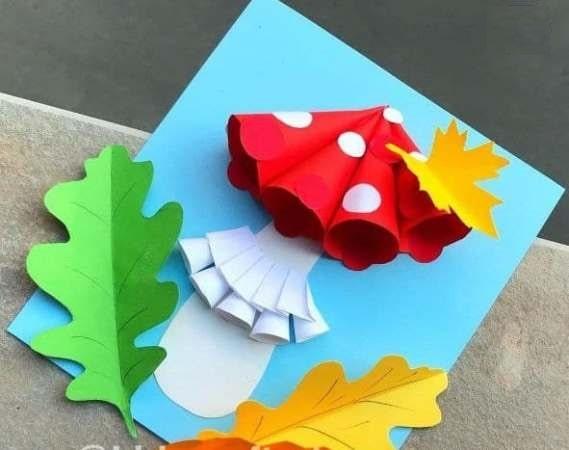 поделка гриб из цветной бумаги - мухомор с детьми в детском саду
