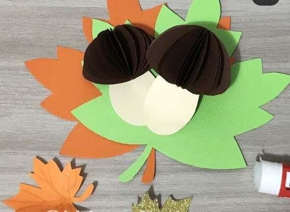 приклеиваем грибы из бумаги на листья из картона
